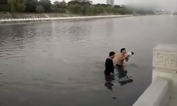 แม่ช็อก! เข็นลูกข้ามสะพาน ชายแปลกหน้าโผล่อุ้มโยนลงแม่น้ำ