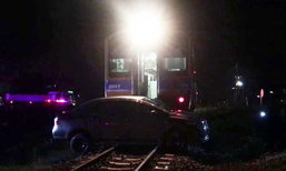 ราวปาฏิหาริย์! รถไฟชนรถเก๋งไถลไกลกว่า 100 เมตร แต่คนขับรอด