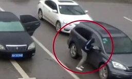 ระทึก สาวขับรถจอดติดไฟแดง เจอทุบกระจกปล้นกลางถนน