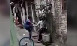 วิจารณ์สนั่น เด็กชายจีนทำร้ายแม่ป่วยทางจิต เหตุขอเงินแล้วไม่ได้