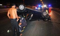 กู้ภัยเป็นงง ช่วยเหตุรถคว่ำล้อชี้ฟ้า ชายหญิงเมาแอ๋ชี้หน้าด่า