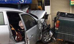 หนุ่มซิ่งเก๋งหลุดโค้งชนร้านขายของ เผ่นหนี ทิ้งหลานนอนเจ็บอยู่ในรถ
