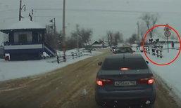 ระทึก หนุ่มรัสเซียใส่หูฟังเดินข้ามทางรถไฟ ถูกชนร่างกระเด็น