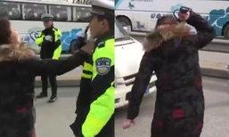 เธอช่างกล้า สาวจีนฟิวส์ขาดลงรถมาตบหน้าตำรวจจราจร