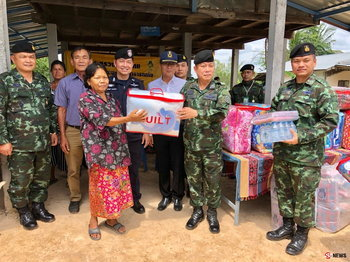 คืนความสุข ทหารเร่งช่วยประชาชน มอบสิ่งของซ่อมแซมบ้านหลังถูกพายุพัดเสียหาย