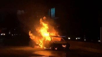 ผู้โดยสารหนีตายระทึก หลังแท็กซี่ไฟลุกท่วมกลางถนน