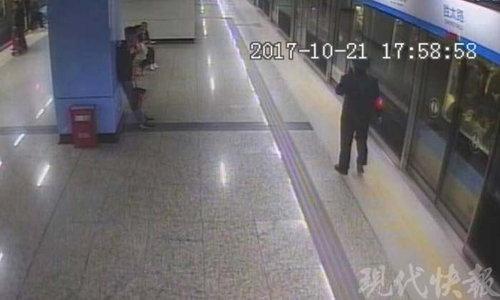 แม่รีบจัดวิ่งขึ้นรถไฟใต้ดิน ลืมลูกชายวัย 7 ขวบยืนเคว้ง ทำวุ่นทั้งขบวน