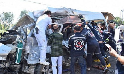 รถตู้โดยสารชนสิบล้อบ้านโป่ง ราชบุรี ตาย 5 ศพ เจ็บอีก 5
