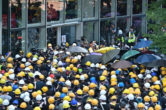 ผู้ชุมนุมรวมตัวหน้าอาคารสภานิติบัญญัติวันนี้ (1 ก.ค.) เพื่อพังประตูเข้าไปด้านใน