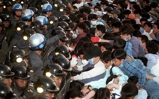 การปะทะกันระหว่างเจ้าหน้าที่และนักศึกษา ในเหตุการณ์ประท้วงเรียกร้องประชาธิปไตย ที่เมืองกวางจู ประเทศเกาหลีใต้ เมื่อ พ.ศ.2523