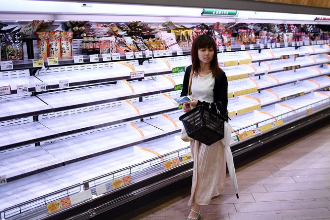 คนญี่ปุ่นกักตุนสินค้าก่อนพายุไต้ฝุ่นฮากิบิสซัดขึ้นฝั่งจนเชลฟ์วางของในห้างสรรพสินค้าโล่ง