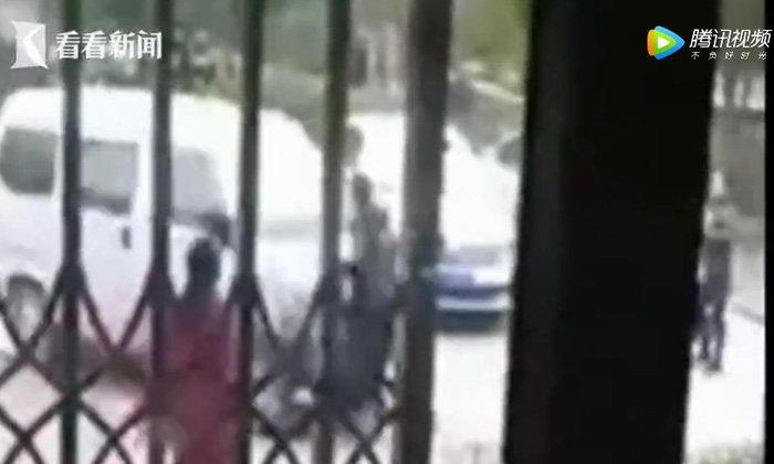 หญิงเดือดจัด ขับรถตู้ชนสามีขวางทางดับ หลังมีปากเสียงกัน