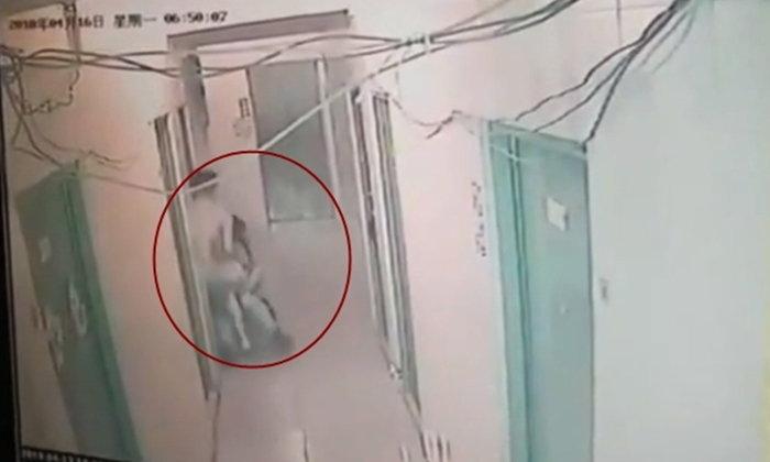 นาทีระทึก สาวจีนสู้ยิบตา ถูกชายร่วมหอพักคว้าตัวลากเข้าห้อง หวังข่มขืน