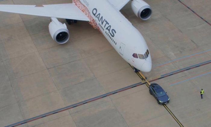 """ทุบสติโลก! """"เทสลา"""" ใช้รถ """"โมเดลเอ็กซ์"""" ลากเครื่องบินโบอิงลำยักษ์ได้สำเร็จ"""