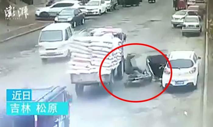 เก๋งเปิดประตูรถไม่ดูหลังชนจยย.ล้มลง จนโดนรถบรรทุกเหยียบซ้ำ