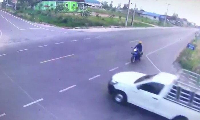 กระบะซิ่งตัดหน้า จยย.ก่อนขับหนี ล่าสุดคนขับรถกระบะเข้ามอบตัว