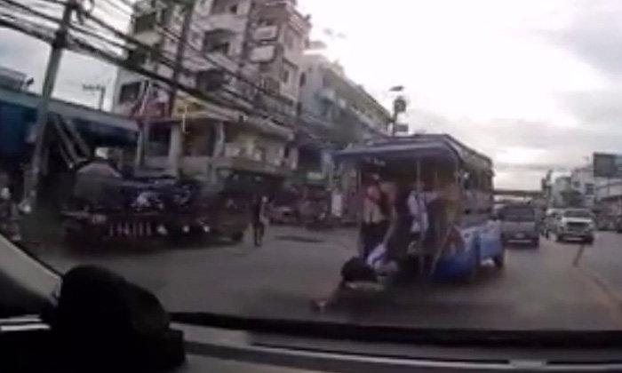 เสียวไส้!  นักเรียนหญิงพลัดตกสองแถวหวิดถูกเหยียบซ้ำ โชคดีเจ็บเล็กน้อย