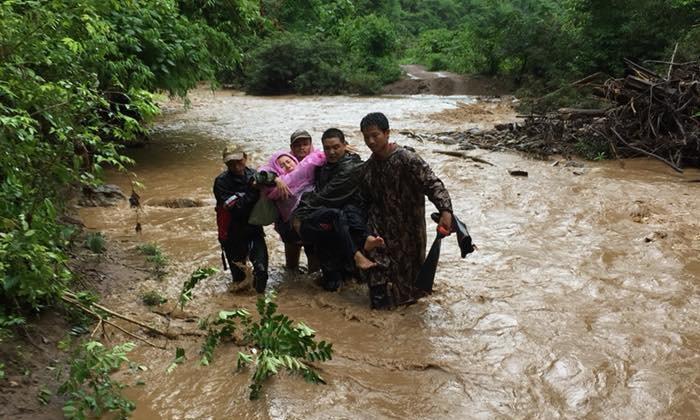 """กราบหัวใจ """"ครูบนดอย"""" ลุยฝนฝ่าน้ำป่าขนอาหารให้เด็กๆ จนสะบ้าหัวเข่าหลุด"""