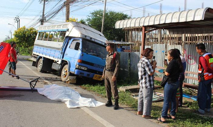รถสองแถวพุ่งชนร้านหมูปิ้ง คนขับดับคาที่ นักเรียนเต็มคันรถรอดหวุดหวิด