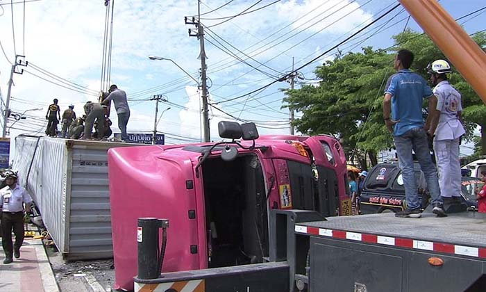 สติและน้ำใจ! คนขับฟอร์จูนเนอร์รอดชีวิต หลังถูกรถบรรทุกทับจนแบนติดพื้น