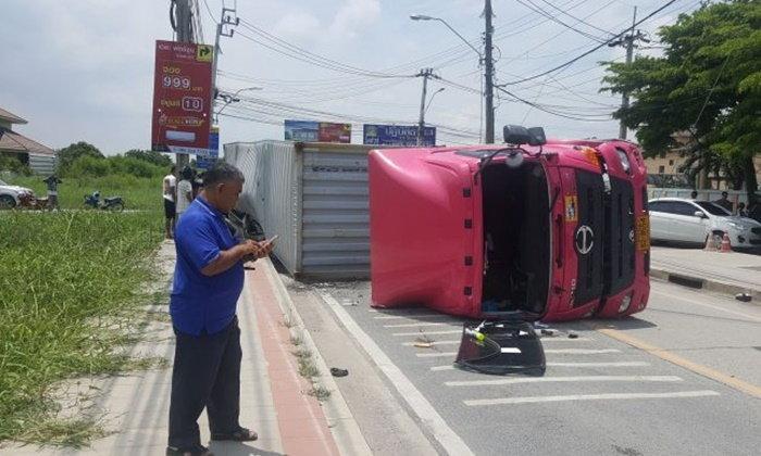 รถบรรทุกคอนเทนเนอร์ทับรถฟอร์จูนเนอร์ พบคนขับดื่มเบียร์ก่อนขับ