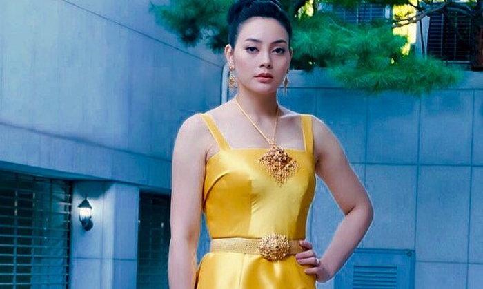 """""""ตั๊ก บงกช"""" เดินพรมแดงในชุดผ้าไหมเหลืองอร่าม สวยตระการตามาก"""