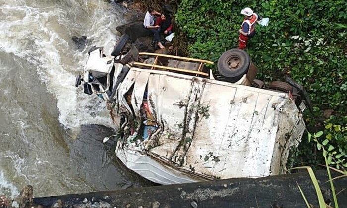 รถขนสิ่งของช่วยเหลือผู้ประสบภัยจากไทย เสียหลักพุ่งตกสะพานในลาว