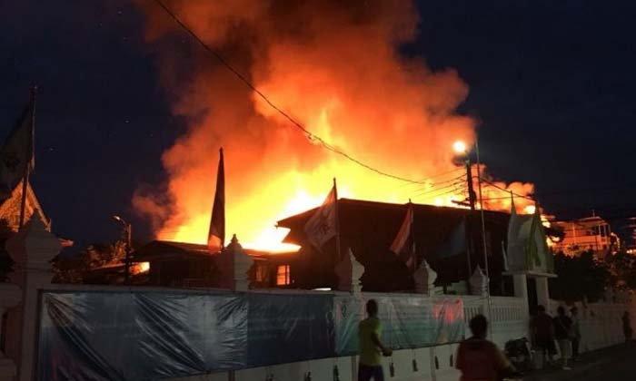 ชาวบ้านหนีตายรับอรุณ ไฟไหม้บ้านย่านเพชรเกษม วอด 16 หลัง