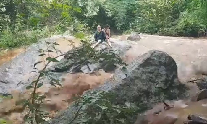นาทีระทึกช่วย 2 นักท่องเที่ยวสาวต่างชาติ ติดกลางน้ำป่าเชียงใหม่