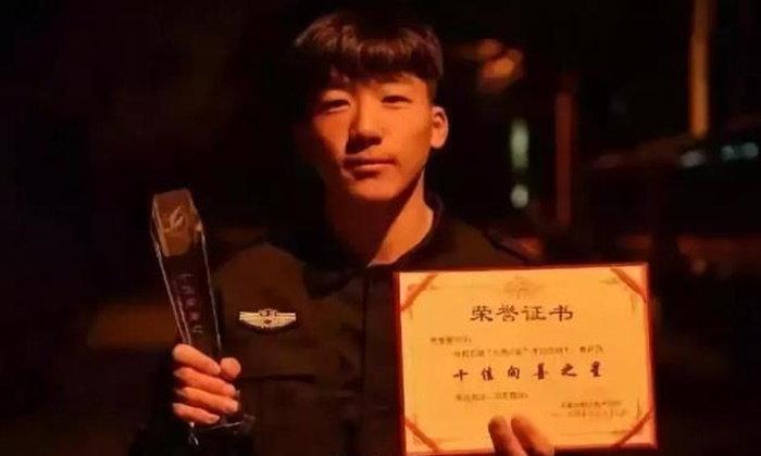 หนุ่มจีนสุดสู้ชีวิต ถูกแม่ทิ้งแต่ไม่ท้อ ขายแตงโมหาเงินค่าเทอม ปฏิเสธรับเงินบริจาค