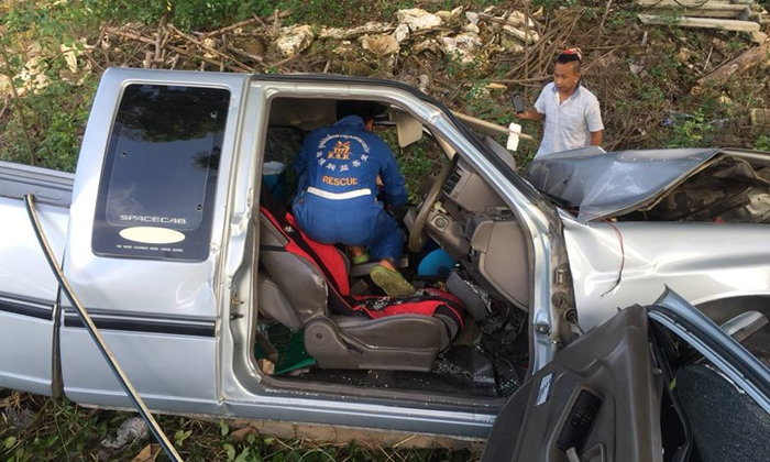 ลูกชายหลับในขับรถชนต้นไม้ ตัวเองเจ็บ-แม่ตาย กราบเท้าศพน้ำตานอง