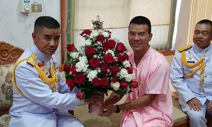 """ภาพล่าสุด """"หมอภาคย์"""" แพทย์ทหารขวัญใจคนไทย ยิ้มสดใสในชุดคนไข้สีชมพู"""