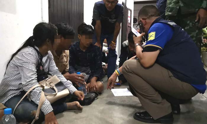ทหารสนธิกำลังหลายหน่วย-สกัดจับ 12 แรงงานเมียนมา เดินข้ามเขาหวังลอบทำงานในไทย