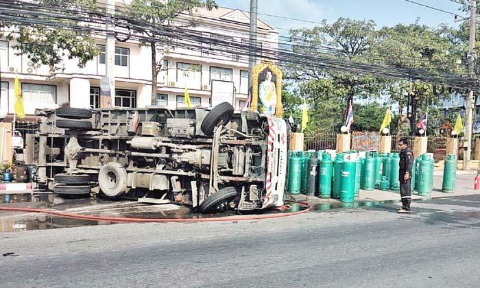 เก๋งสุดชุ่ยขับตัดหน้ารถบรรทุกแก๊สพลิกคว่ำ-เทถังแก๊สร่วงกราวหวิดระเบิด