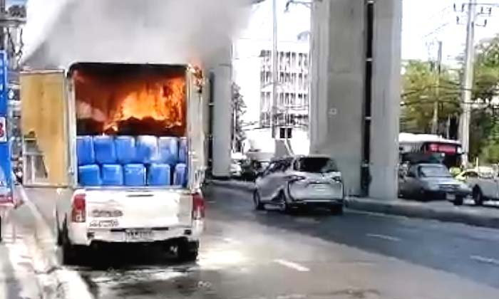 กระบะบรรทุกสารเคมีรั่วไฟลุก! คนขับจอดรถหนีตาย-คาดเคมีรั่วเจอความร้อนจึงปะทุ