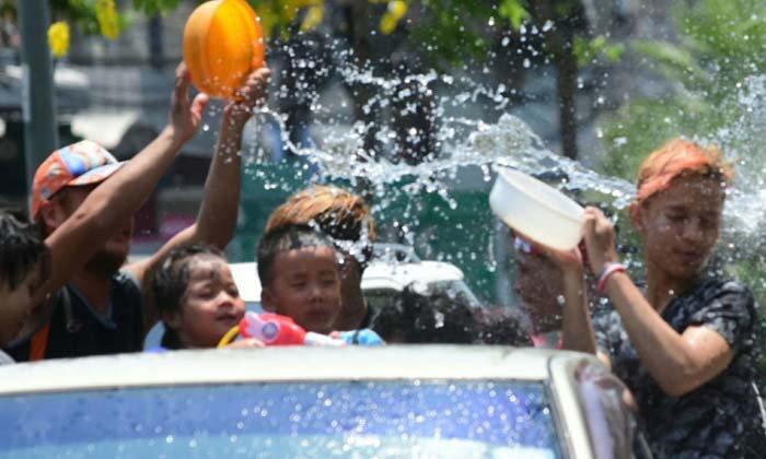 สงกรานต์ 62: คนไทยเฮเล่นสาดน้ำท้ายกระบะได้ แต่ห้ามใช้ปืนฉีดน้ำแรงดันสูง-ดื่มน้ำเมาบนรถ