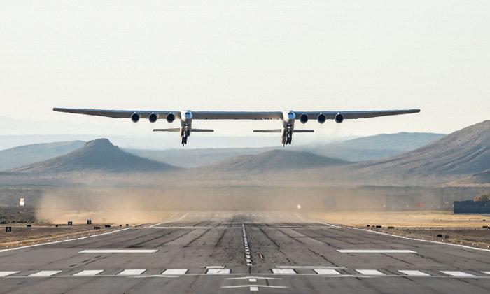 """""""ร็อก"""" เครื่องบินขนาดใหญ่ที่สุดในโลก บินทะยานขึ้นฟ้าครั้งแรก"""