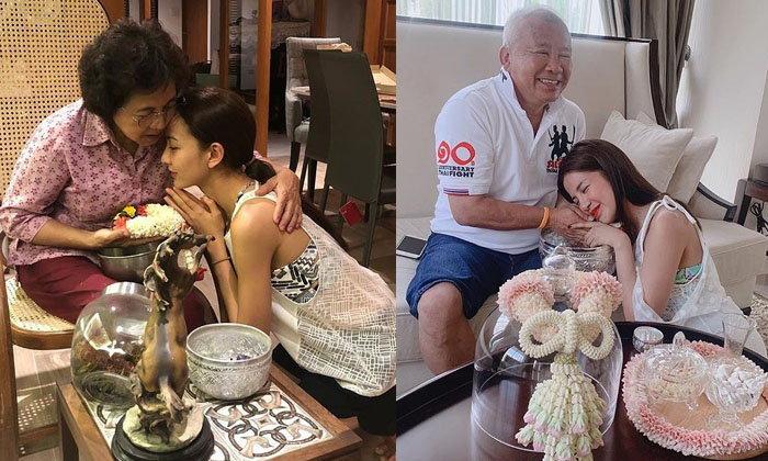 ประมวลภาพสุดอบอุ่น ซุปตาร์พร้อมหน้าครอบครัว รดน้ำดำหัวในวันสงกรานต์