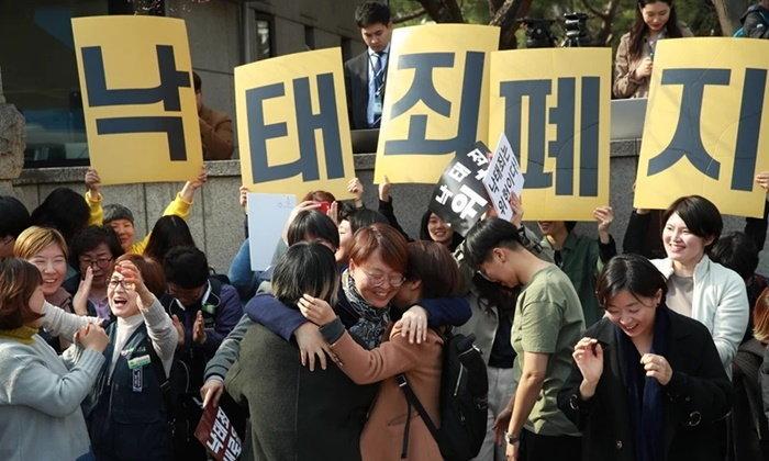 """ศาลเกาหลีใต้คว่ำ """"กฎหมายห้ามทำแท้ง"""" ชี้ขัดรัฐธรรมนูญ ละเมิดสิทธิผู้หญิง"""