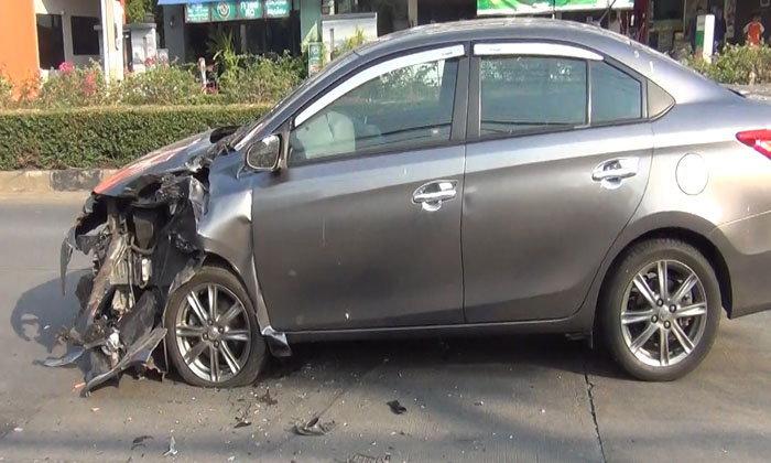 หวิดดับ-หนุ่มเมืองรถม้าเกิดวูบ ควบเก๋งเสยท้ายพ่วง 18 ล้อ ดึงสติก่อนโทรบอกญาติ