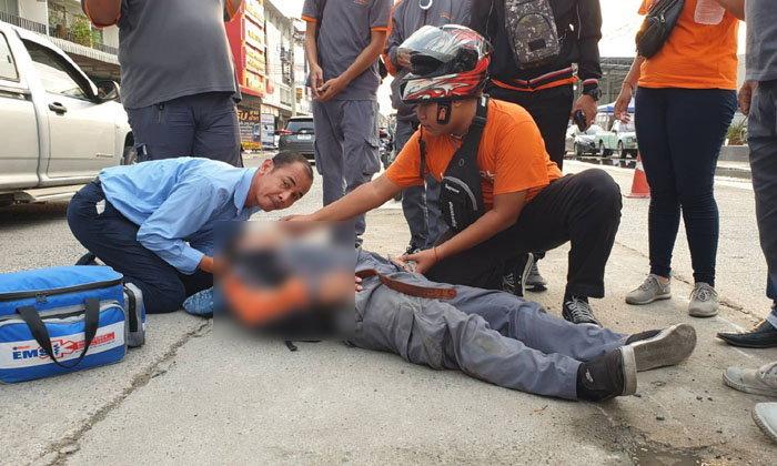 เบรกตัวโก่ง-หนุ่มบริษัทขนส่งขี่รถจะไปประชุม เจอคนข้ามถนนตัดหน้าหักหลบจนล้มกลิ้ง