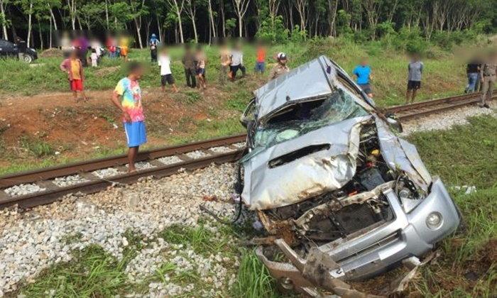 ปิกอัพขับฝ่าทางลักผ่าน รถไฟพุ่งชนกระเด็น พ่อลูกตาย-แม่เจ็บสาหัส