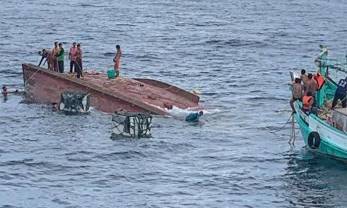30 ชีวิตระทึก!  ลอยคอกลางทะเลพังงา หลังเรือประมงถูกคลื่นซัดล่ม