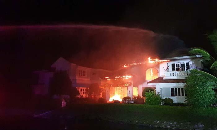 ระทึกกลางดึก! ไฟไหม้บ้านหรูมูลค่า 15 ล้าน เจ้าของหนีทันเพราะเพื่อนบ้าน