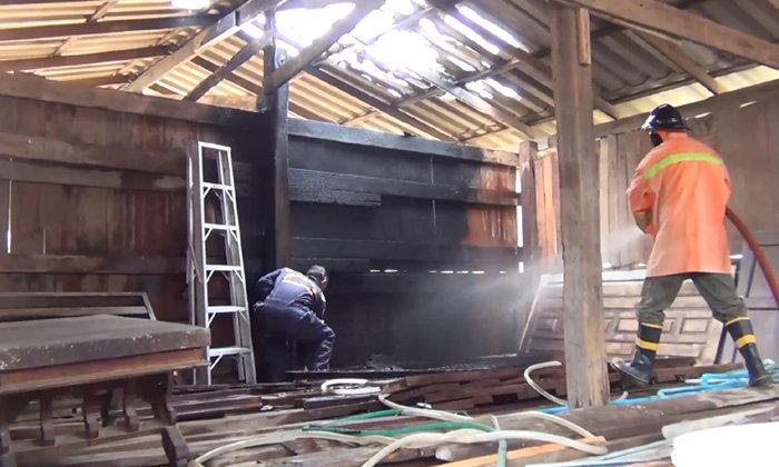อุทาหรณ์ เผามดในกองถ่านไม้ เกิดไฟลุกลามไหม้บ้านหวิดวอด