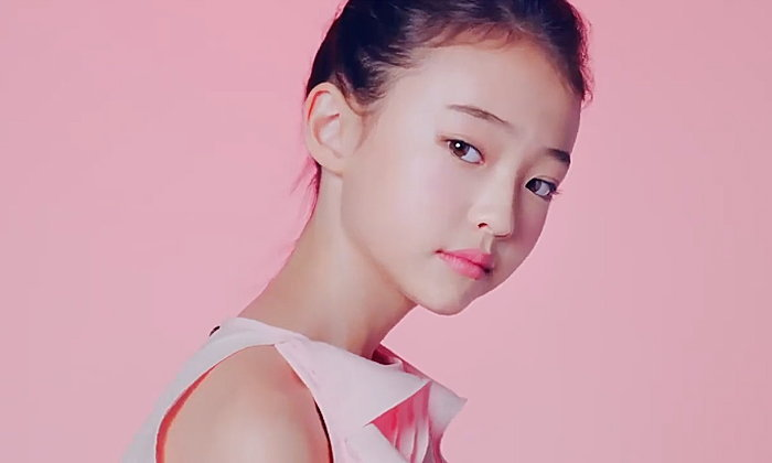 """ดราม่า """"เอลล่า กรอสส์"""" ชาวเน็ตเกาหลีไม่ปลื้มโฆษณาไอศกรีม ชี้ยั่วยวนเกินเด็ก 11 ขวบ"""