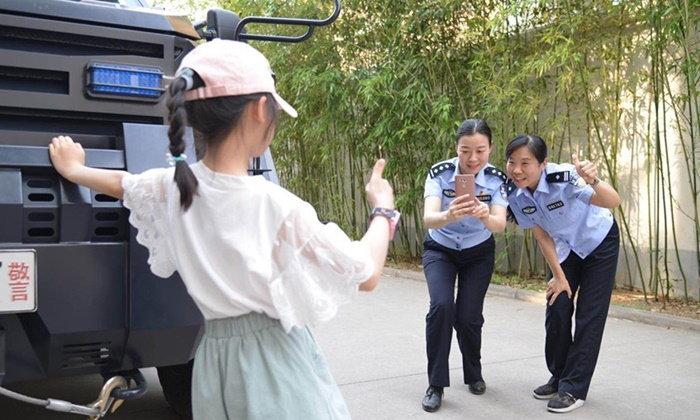 """สังคมจีนชื่นชม """"กลุ่มตำรวจคุณแม่"""" ผู้พิทักษ์เด็กกำพร้าที่โชคดีที่สุดในโลก"""