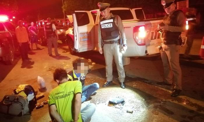 สุดระทึก! สองหนุ่มพนักงานกำจัดปลวกเมายาบ้า ซิ่งกระบะแหกด่านตรวจ