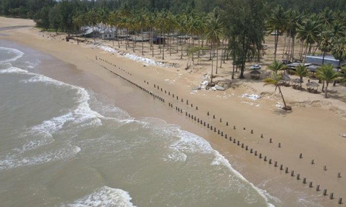 คลื่นมรสุมขนาดใหญ่ ซัดกัดเซาะชายหาดเขาหลัก โรงแรมเสียหาย
