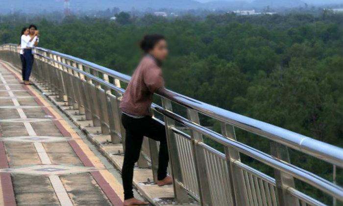 """ภาพสุดท้าย """"น้องจิ๊บ"""" ก่อนโดดแม่น้ำตาปีจมหาย ช่างภาพบังเอิญเจอบนสะพาน"""